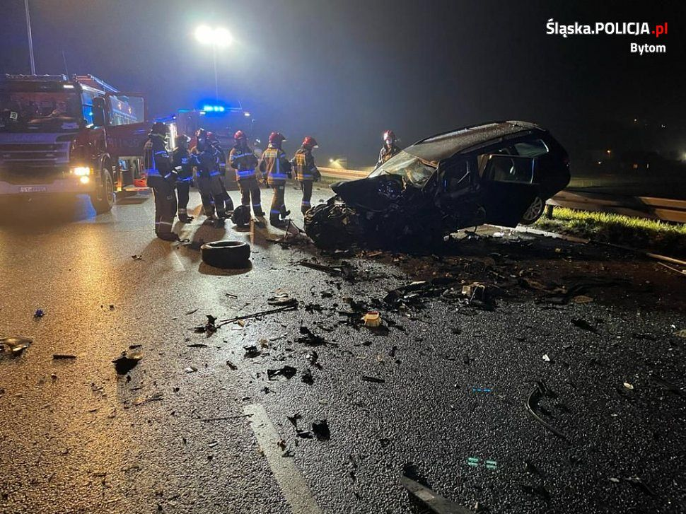 W czołowym zderzeniu samochodów w Bytomiu zginęła jedna osoba.