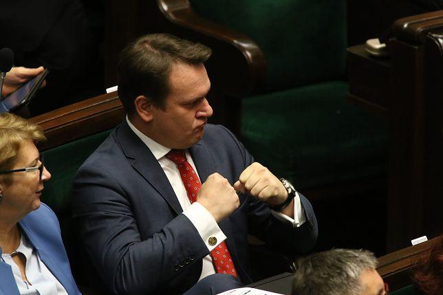 Dominik Tarczyński z PiS chce kar finansowych za fake newsy