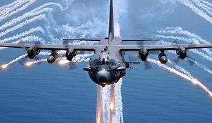 AC-130 wyrzucający flary
