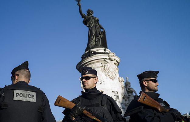 Policjanci na Placu Republiki w Paryżu - wzmożona czujność służb po zamachach