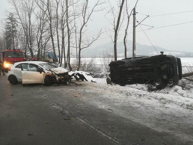 Samochód uderzył w drzewo, które spadło na tory. Wstrzymano ruch kolejowy