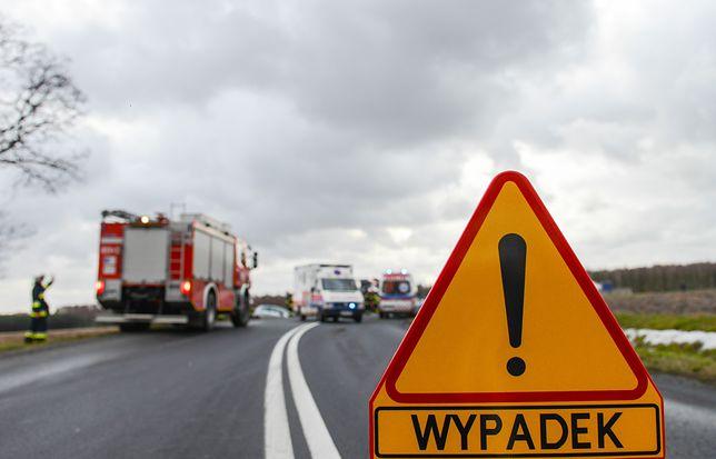 Śmiertelny wypadek na DK15 w Miłochowicach pod Miliczem. 22-latek zginął przygnieciony autem.