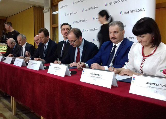 Ewa Przybyło, burmistrz Rabki-Zdroju (pierwsza z prawej)