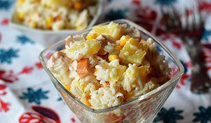 Sałatka z ryżem, wędzonym kurczakiem i ananasem