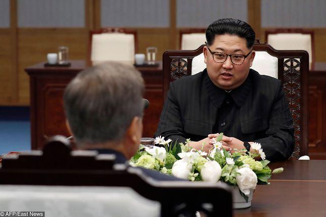 Kim Dzong Un podczas rozmowy z prezydentem Korei Płd.