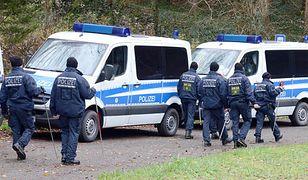 Policja przeszukuje las, w którym znaleziono worek z ciałem