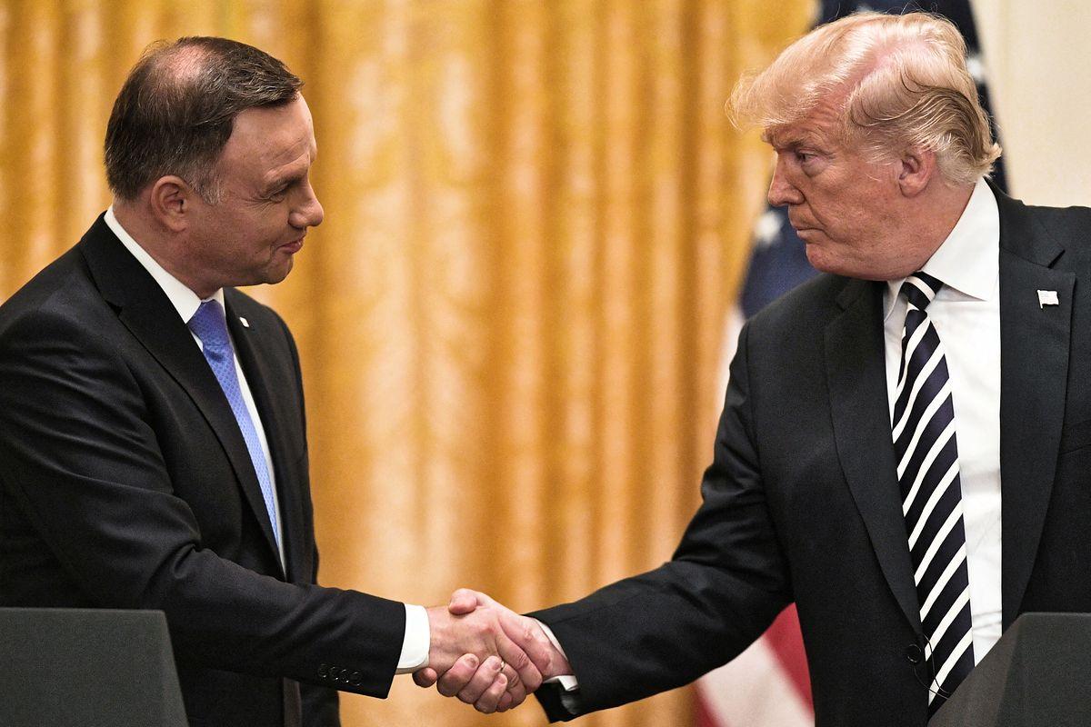 Andrzej Duda stoi, Donald Trump wygodnie siedzi. Ujawniamy kulisy zdjęcia z Białego Domu