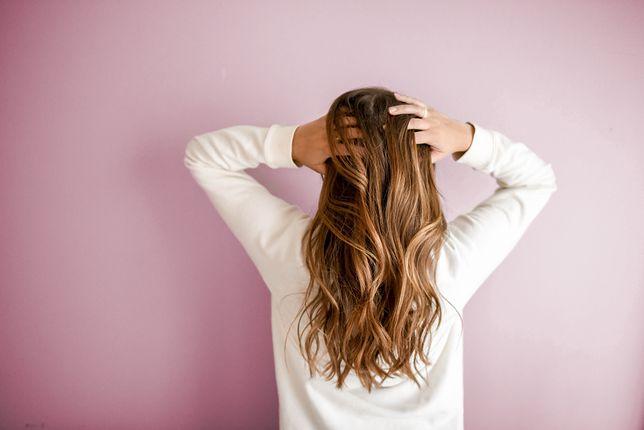 Ciemny blond na włosach. Komu pasuje ten odcień?