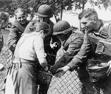 Polskie dzieci rzucały hitlerowcom kwiaty, dorośli podziwiali mundury i Ordnung. Oblicze kampanii wrześniowej, którego wolimy nie pamiętać