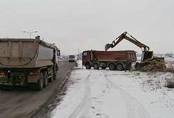 Przeładowana ciężarówka z 30 tonami niebezpiecznych głazów