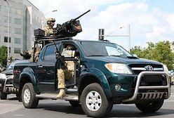Żołnierze GROM pokazują swój samochód. Jeżdżą niezniszczalną Toyotą Hilux