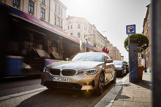 BMW Serii 3 teraz w wersji hybrydowej. Nowe 330e dostało nietypową funkcję