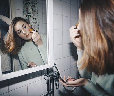 Draping - konturowanie twarzy różem jest znacznie efektowniejsze niż użycie bronzera.