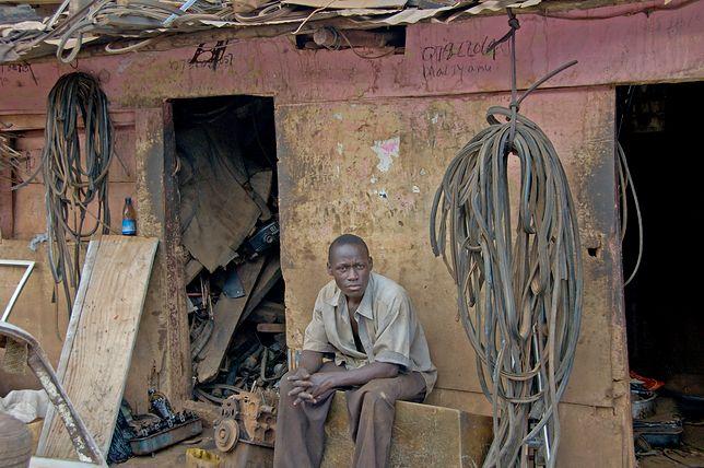 Włochy - Imigranci harują na plantacjach w nieludzkich warunkach. Żyją w pobliskich slumsach.es.
