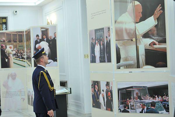 """Wystawa w Sejmie pt. """"Ale nam się wydarzyło! Wizyta ojca świętego Jana Pawła II w Sejmie i Senacie - 11 czerwca 1999"""""""