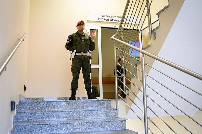 Funkcjonariusz żandarmerii w szpitalu, gdzie przebywają objęte kwarantanną osoby