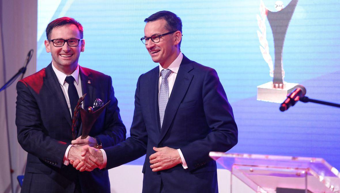 Prezes PKN Orlen Daniel Obajtek (z lewej) i premier Mateusz Morawiecki podczas uroczystej gali V edycji Nagrody Złoty Laur Super Biznesu.