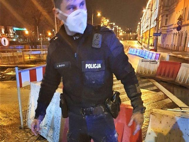 Wrocław. Mężczyzna wpadł do dołu z błotem, prawie się utopił