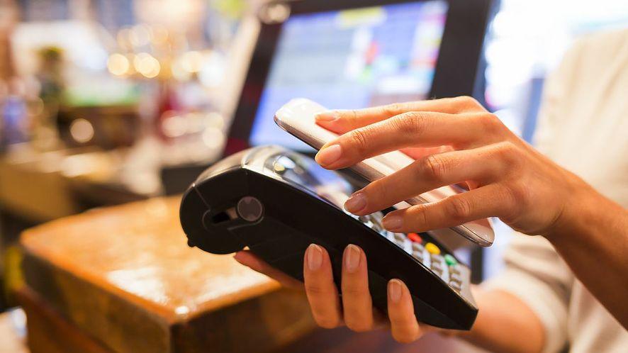W Polsce uwielbiamy płacić kartami, ale nie za zakupy w Internecie