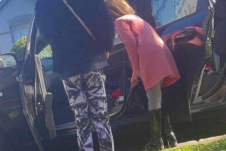 Otworzyła drzwi auta i zaczęła krzyczeć. Na ratunek pospieszyły córki