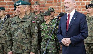 Generał brygady Krzysztof Motacki i szef MON Antoni Macierewicz.