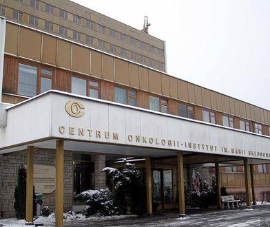 Warszawa. Przed Centrum Onkologii ogromna kolejka. Żołnierze kierują ruchem
