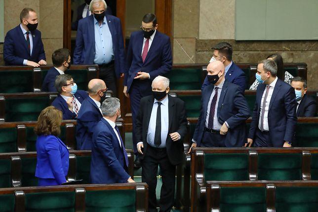 Sejm. Jarosław Kaczyński wchodzi na salę posiedzeń (w tle premier Mateusz Morawiecki)