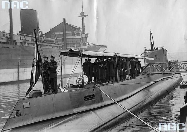 """Wciąganie bandery po wodowaniu okrętu podwodnego ORP """"Orzeł"""". Zdjęcie archiwalne z 1938 r."""