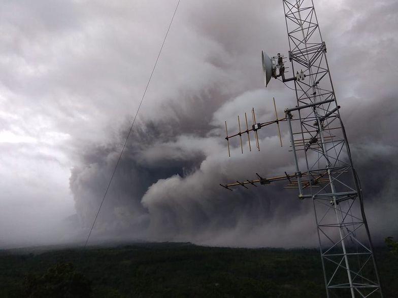 Niebo zostało pokryte dymem. Wulkan Semeru wybuchł