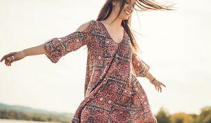 Modne sukienki na wiosnę to wzorzysty miszmasz, który dopasujesz niezależnie od okazji.