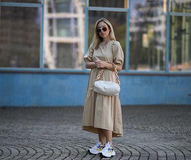 Sukienki maskujące brzuch i boczki są naprawdę modne oraz proste w stylizacji.