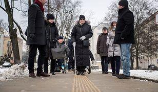 """Dotykowe płyty i zaokrąglone krawężniki na Dwernickiego. """"Nowatorskie rozwiązania dla niepełnosprawnych"""""""