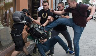 """Wyzywali """"na solo"""" i grozili, że """"wj.bią"""". Młodzież Wszechpolska zaatakowała demonstrantów"""