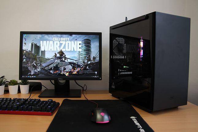 """Konfiguracja z chłodzeniem AMD Wraith Stealth. Obok monitor Dell 22""""."""