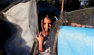 Dziewczyna w obozie uchodźców na greckiej wyspie Lesbos