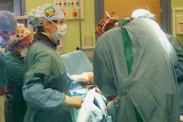 Pierwsza taka operacja w Polsce. Kobiecie uczulonej na nikiel wszczepiono specjalną endoprotezę stawu łokciowego
