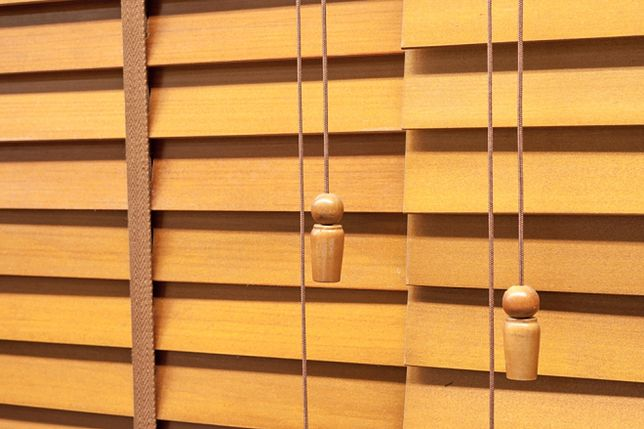 Żaluzje drewniane czy rolety z materiału?