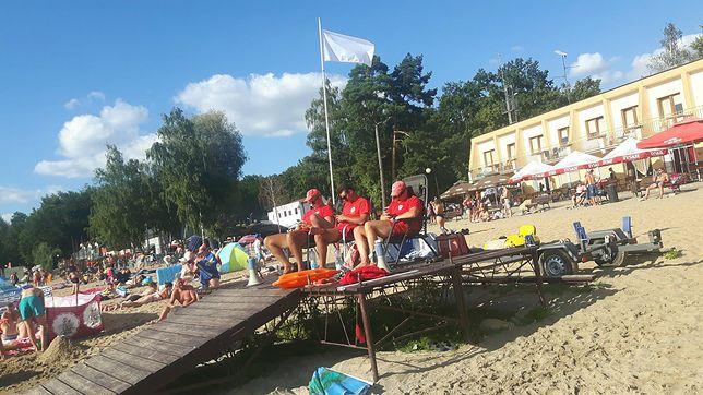 """Ostra reakcja WOPR i władz gminy na zdjęcie zapatrzonych w smartfony ratowników. """"Tragedia, żenada i kupa mułu"""""""