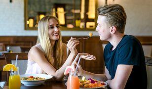 Walentynki często spędzane są w restauracji.