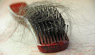 Gdy włosów na szczotce jest za dużo, skonsultuj się z lekarzem.