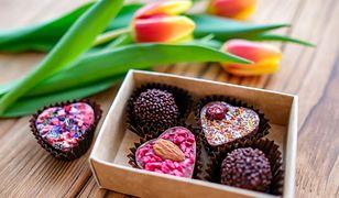 Ciekawi cię, jakie nadzienie kryje się pod posypką czekoladowych serc?
