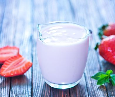 Jogurt naturalny idealnie komponuje się z owocami sezonowymi.