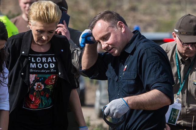 Andrzej Duda z żoną sadzili drzewa w Rytlu. Prezydent ocierał pot z czoła