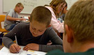 Wśród krajów, których systemy edukacyjne uchodzą za najlepsze na świecie, nie ma określonej liczby godzin, którą dzieci powinny spędzać na zajęciach