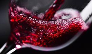 Czerwone wino jest bogatym źródłem kwercetyny.