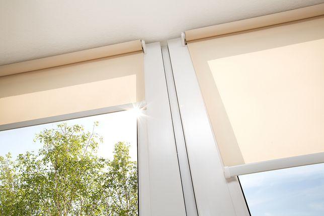 Jeśli osłonisz okno roletami w upalny dzień, pomieszczenie nie nagrzeje się zbyt mocno