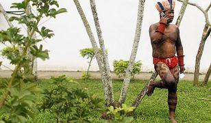 Indianin podczas protestów przeciwko niszczeniu Amazonii w Rio de Janeiro