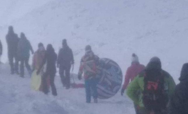 Turysta wybrał się na szlak ze sprzętem plażowym