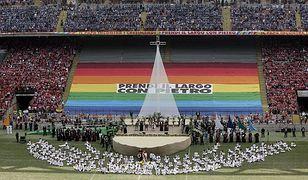 Benedykt XVI podczas spotkania na mediolańskim stadionie San Siro