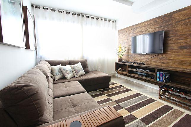 Szafka rtv pasuje do każdego salonu i uprzyjemni seans filmowy na kanapie
